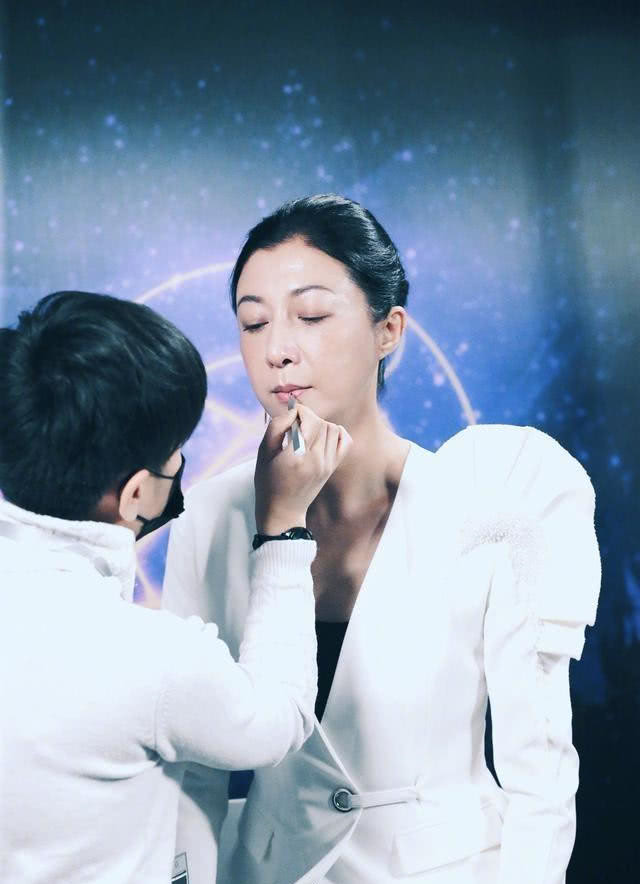 吴绮莉疑似精神出问题,偶尔独自傻笑,吴卓林建议妈妈看医生