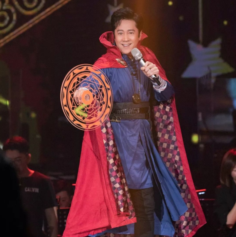 一首《三百六十五个祝福》唱了近30年,蔡国庆却依然冻龄不老,原来他才是掌控时间的奇异博士?