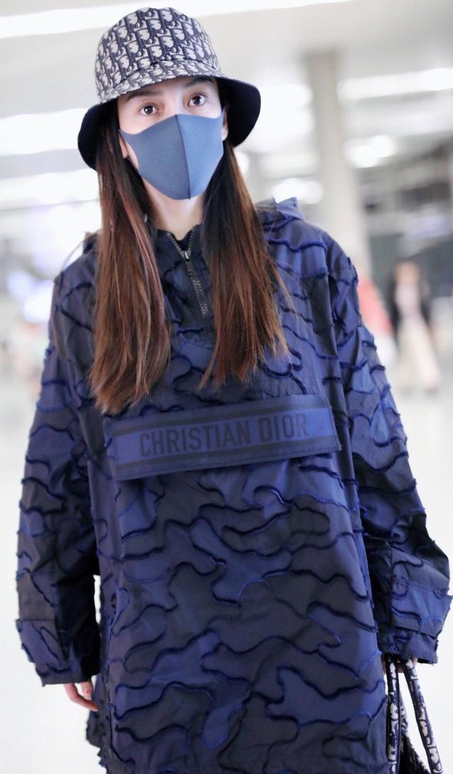 Angelababy杨颖最近机场照,身穿蓬松卫衣搭配长筒靴