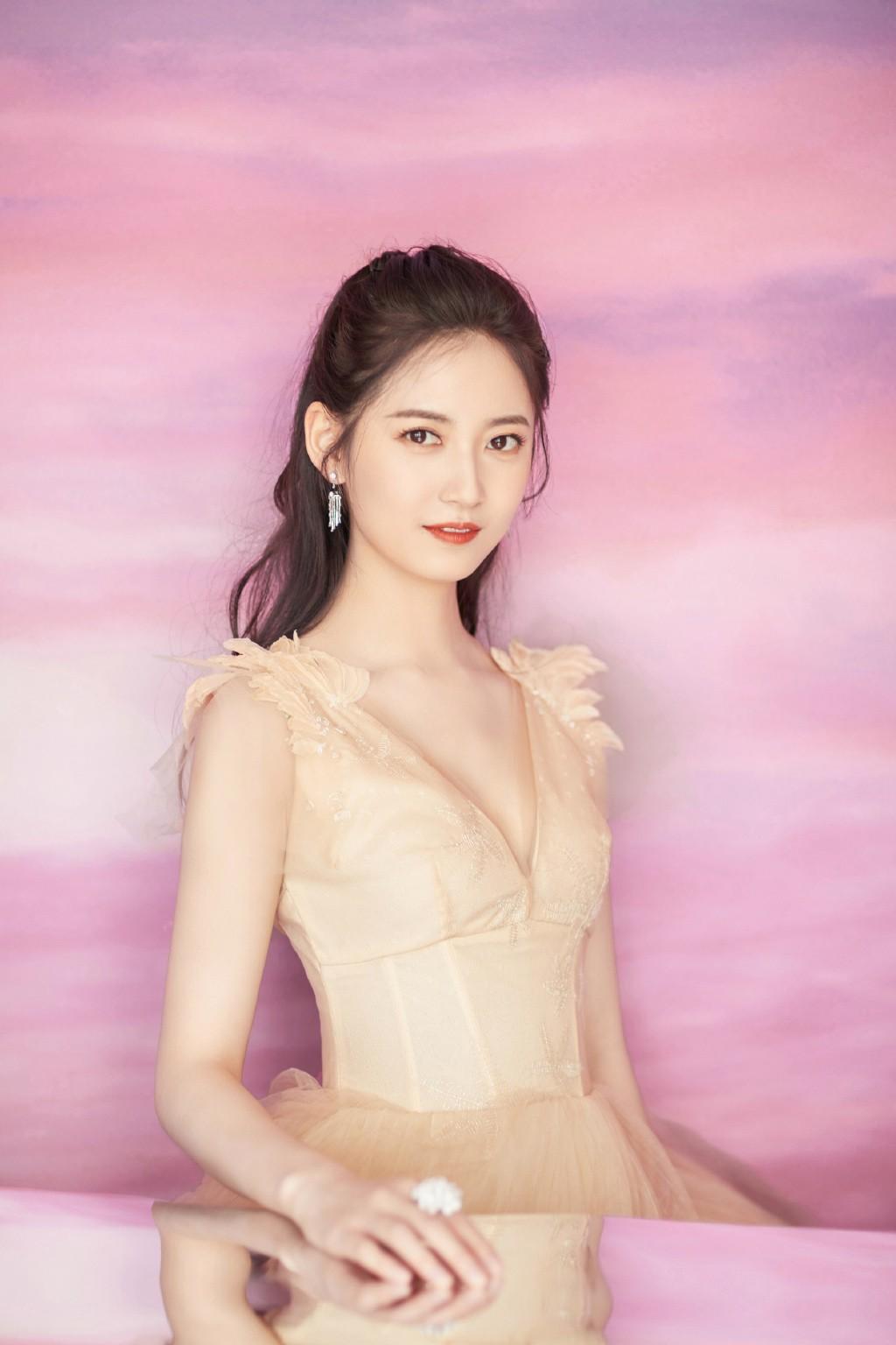 她是唐嫣工作室首批签约艺人,今穿黄色V领纱裙,秀小腰仙气十足