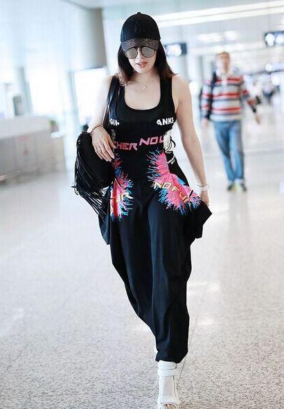 """49岁钟丽缇太大胆!机场""""睡衣风""""秀身材,不愧是""""不老女神"""""""