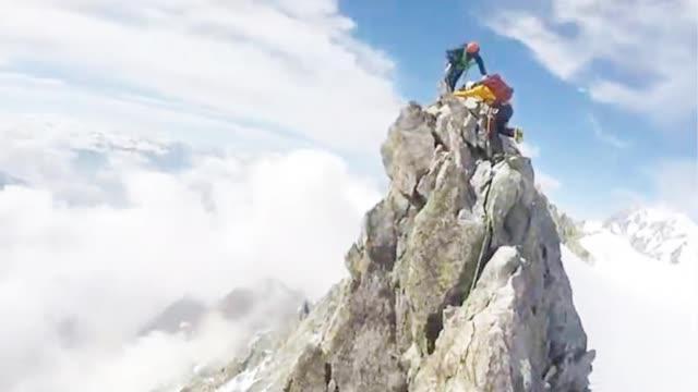 视频-捏一把汗!登山者攀爬勃朗峰狭窄山脊 双脚同时腾空