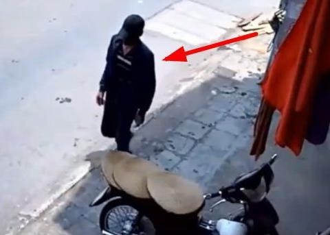 女子正在店内换泳衣,一男子突然闯进去,监控拍下罪恶一幕!
