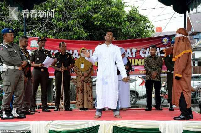 印尼一男子遭鞭刑100下中途昏厥 醒后被继续鞭打