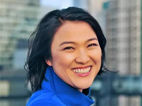 她本是流水线女工,中国送她出国留学,回中国捞金16亿入美国籍