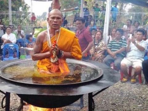 高僧表演在热油锅打坐,却被游客当众揭穿,场面极度尴尬