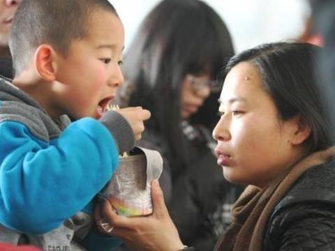 宝妈给孩子喂奶,剩饭都没吃上,怒掀桌,丈夫反手给妻子一巴掌