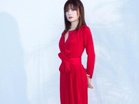 赵薇新造型可真美,一身红裙气质优雅美艳动人