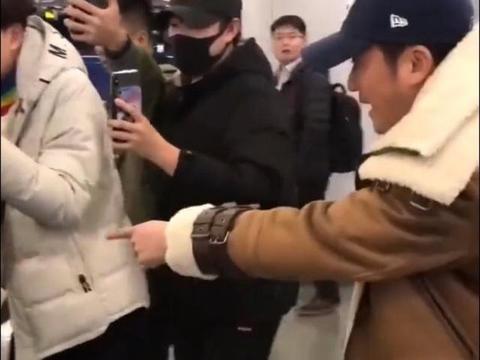 吴京被代拍围堵意外伤到小孩,黑脸怒斥跟拍者,表情吓人行为很暖