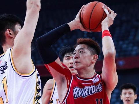两战砍46分28板,易建联接班人开始腾飞,他是中国男篮的内线希望