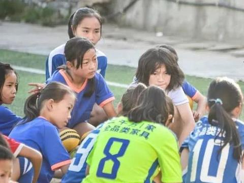 一名扎根大山的语文老师,守护着一场场改变命运的足球赛