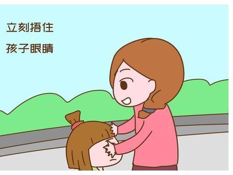 家长送娃上幼儿园,刚下车就捂住孩子眼睛,老师:这妈妈太机智了