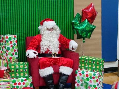 美国老师说圣诞老人是假的,小孩大哭,家长怒了:他们还是孩子