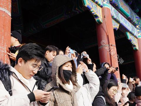 """北京故宫迎来""""初雪"""",景山山顶人挤人,里三层外三层"""