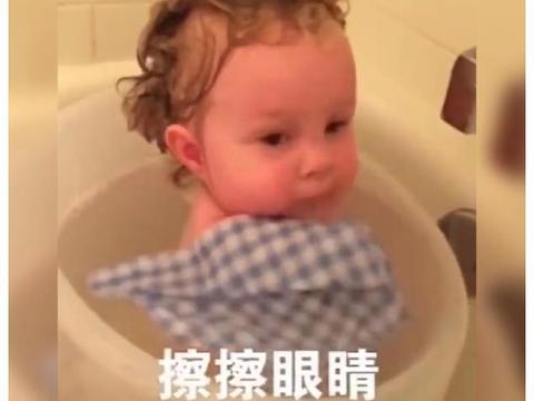 有缺陷的宝宝在妈妈指导下洗澡走红,网友鼓励:值得人间所有美好