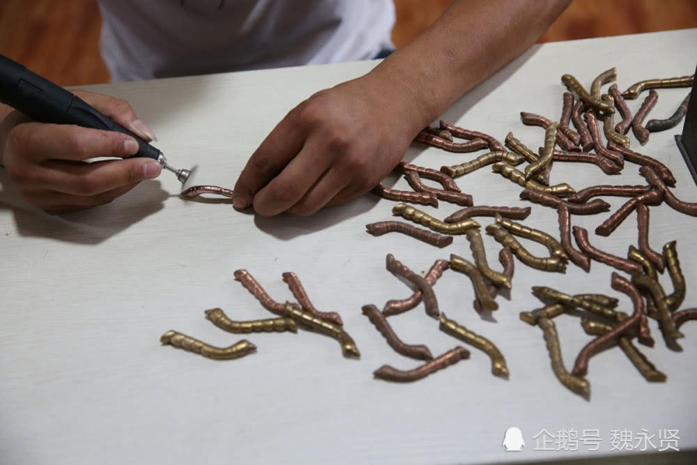 安徽小伙扎根陕西石泉复制汉代鎏金铜蚕,做出当地抢手的工艺礼品