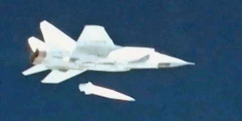 俄米格战机携带匕首导弹上天,高超音速发射,北约国家请求谈判