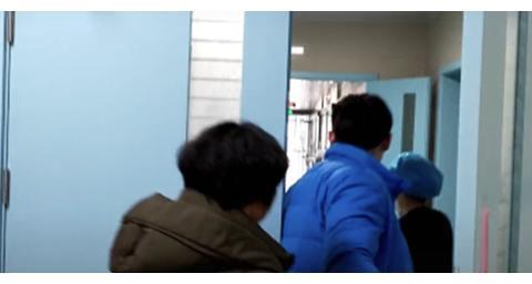 产妇分娩后刚被推出产房,婆婆的举动就引起网友热议:中国好婆婆