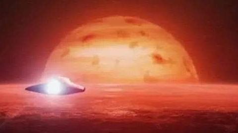 太阳表面惊现巨大黑洞、内部有外星人出入?