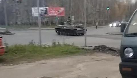 步兵战车高速闯过红灯,转弯后撞到一辆轻型轿车,俄军:刹车失灵