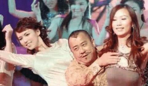 趁机揩油的男演员,曾志伟算收敛的,看吴秀波抱杨颖的手太过分
