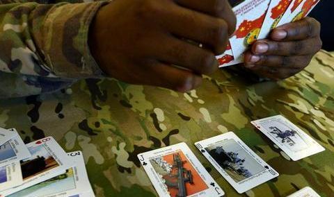 美国大兵打仗打扑克不务正业,原来他们识别武器装备靠扑克