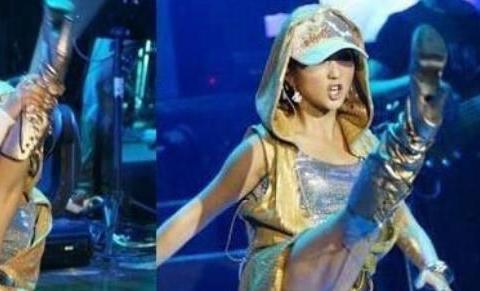 演唱会上的尴尬时刻,裤子开裆、话筒拿反,最后一个明星还好吗