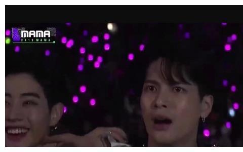 MAMA典礼:朴振英穿透明雨衣上台表演,台下的王嘉尔懵了