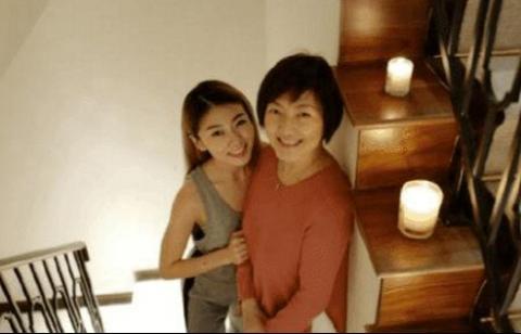 """参观程晓玥的豪宅,梳妆台一排全是指甲油,生活也真够""""败家""""的"""