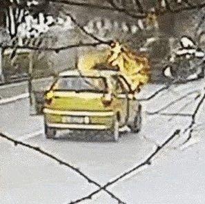 惊险!毕节城区一辆行驶中的汽车起火燃烧……
