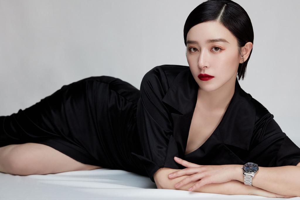 """阚清子""""放飞自我"""",穿黑色V领开叉长裙,配红唇性感不失霸气"""