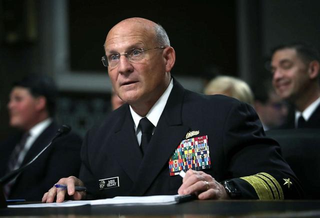 勋章叮叮当当挂了一身,美海军最高军官充当救火队员:当正直的人