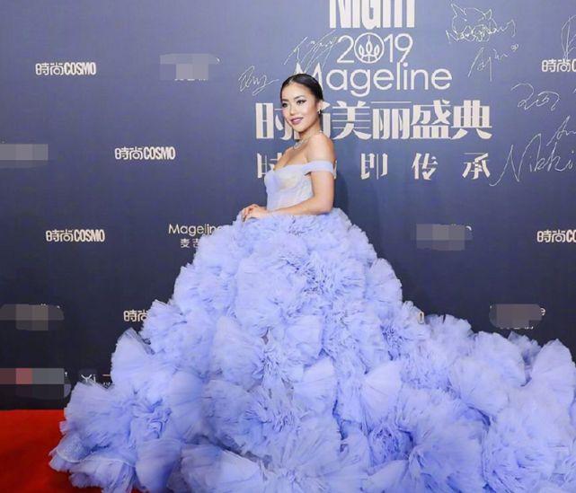 """郭碧婷和王菊穿同款""""浴球婚纱"""",一个霸气女王,一个温柔公主!"""
