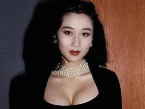 """李连杰的女儿有多美?16岁扮相成熟,完美遗传了利智""""魔鬼身材"""