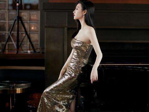 景甜这次造型很高调,金色抹胸裙穿出S型身材,秀牛奶肌美成焦点