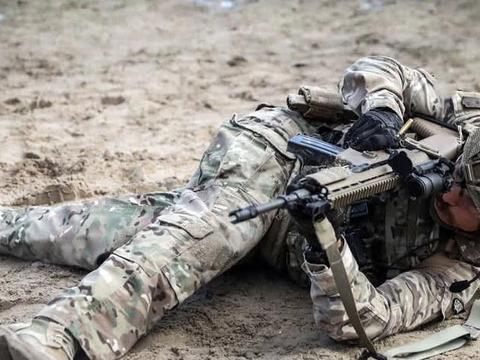 葡萄牙空降兵战术训练 配发SCAR-L步枪米尼米机枪 火力大幅提升