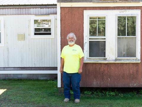 美国63岁男子连中两次彩票,成为百万富翁,却仍然住在拖车里
