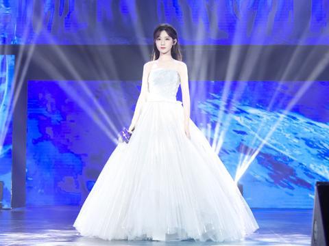 被《创造101》淘汰却快速走红,今穿轻纱裙,聚光灯下美成公主