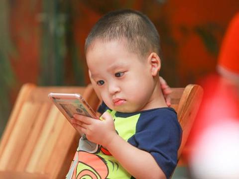孩子喜欢玩电子产品怎么办?家长要找到背后的原因,再去引导孩子