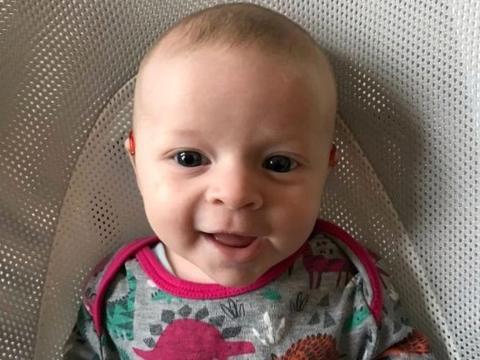 严重失聪女婴第一次戴助听器,初听父母声音的纯真反应触动人心