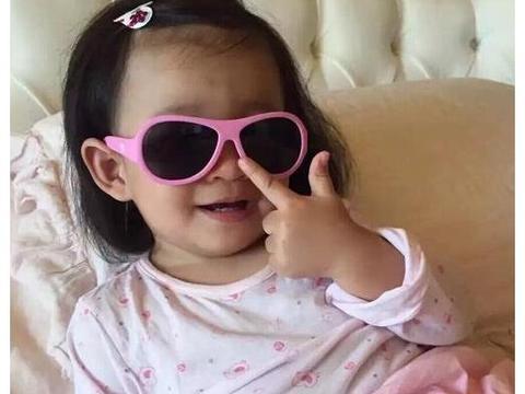 """大S女儿""""公主坐""""获网友盛赞有教养:孩子怎么样,取决于父母"""