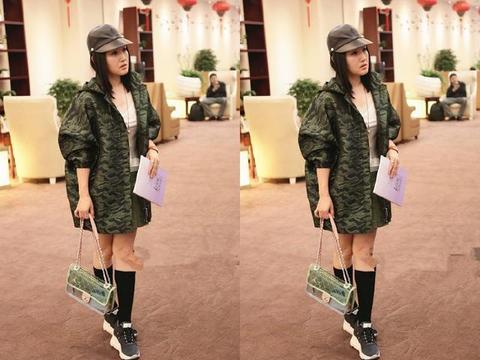 杨钰莹为时髦拼了!这么宽的大衣配短裙玩嘻哈,网友:16岁吧