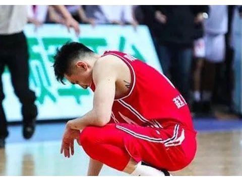 骂赵泰隆的球迷有下文了!上海男篮出处罚,剥夺其一年主场看球权