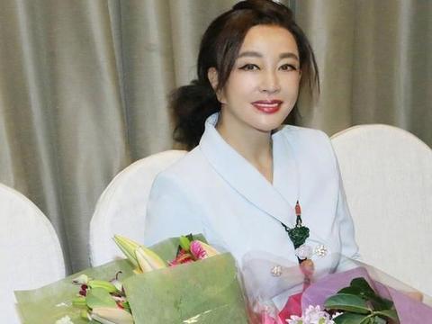 网友偶遇67岁刘晓庆,无美颜滤镜显老态,看到被拍用手遮脸