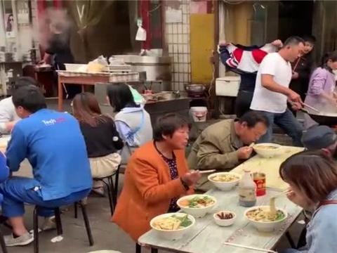 """农村大哥街边卖""""面条""""小吃,只炒2小时,1份8元,想吃得排队"""