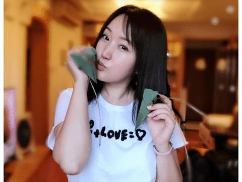 47岁杨钰莹为何嫁不出去? 看完这些照片后, 网友: 这谁敢娶啊?