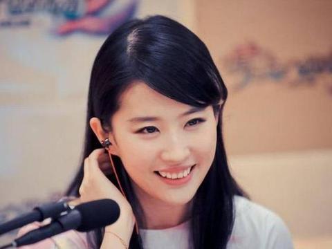 刘亦菲为何不是大学校花?看到她的美女室友,难怪成陪衬