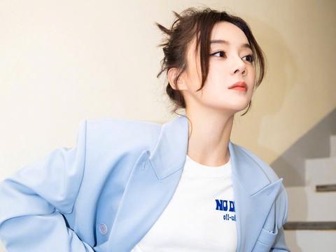 想要时髦清新赶紧学学袁姗姗,蓝色西装+拼接裙,抢眼又少女