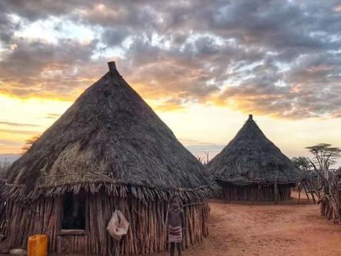 非洲这个部落男女比例1:11,女性衣不蔽体,大多男性活不过15岁