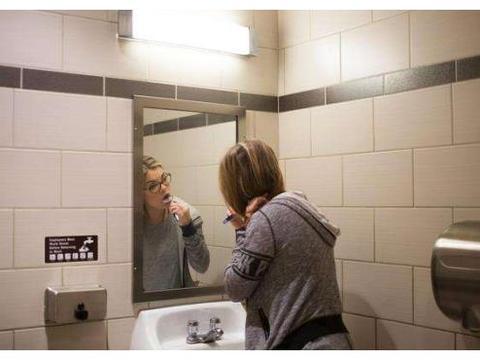"""用完卫生间,应该""""开门""""还是""""关门""""?我家总做错,难怪老生病"""